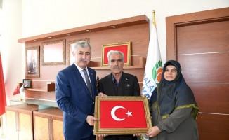 Kahraman şehidin babasından Başkan Polat'a ziyaret