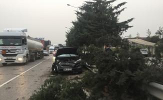 Karşı şeride geçen tır iki araçla çarpıştı: 4 yaralı