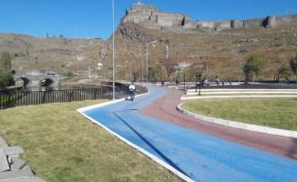 Kars'ta parklar haşerelere karşı ilaçlandı