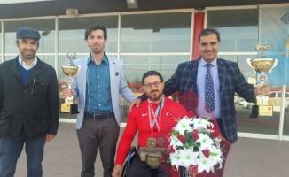 Keleşoğlu Milli Sporcuyu çiçeklerle karşıladı