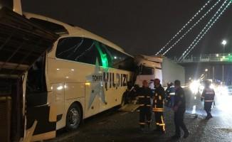Kocaeli'de tır 2 yolcu otobüsüne çarptı: 1'i ağır 8 yaralı