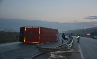 Kontrolden çıkan eşya yüklü kamyon devrildi