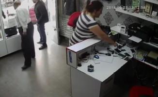 (Özel Haber) Müşteri kılığında girdiği dükkandan cep telefonunu böyle çaldı