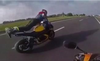 (Özel) Motosiklette şınav çeken maganda kamerada