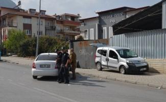 Polisten kaçan şüpheli otomobil sivil polis aracına ve direğe çarpınca yakalandı