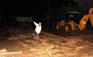 Sel suları Adıyaman'da asfaltları yerinden söktü