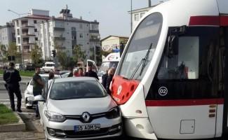 Tramvay otomobile çarptı: 1 yaralı