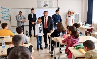 Vali Sonel, okul ziyaret etti çocukların isteklerini yerine getirdi