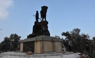 Yapımı devam eden anıt heykeli inceledi