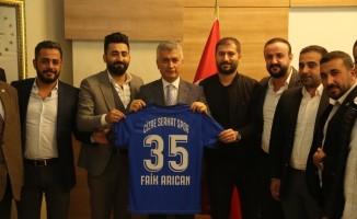 Cizre Serhatspor yönetiminden kaymakama takım forması hediye edildi