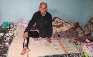 Engelli yaşlı adamın tek başına yaşam mücadelesi yürekleri burktu