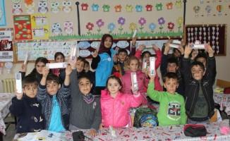 Erzincan'da kırtasiye seti öğrencilere dağıtıldı