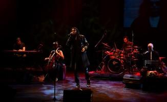 Gökhan Kırdar yeni şarkılarını ilk defa Üsküdar'da söyledi