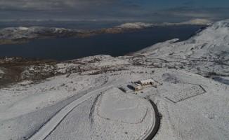 Göl manzaralı Hazar Baba Dağı karla kaplandı