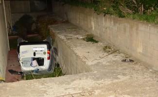 Hafif ticari araç apartmanın bahçesine düştü: 3 yaralı