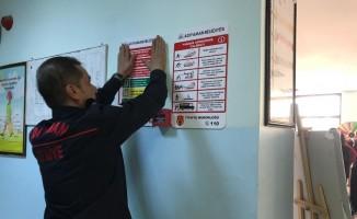 İtfaiye ekipleri okullara yangın ile ilgili panolar asıyor