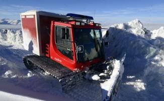 Kar ve tipiden dolayı yolu kapanan mezradaki hasta, kar üstü aracıyla kurtarıldı