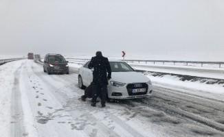 Kars'ta kar ve tipiden dolayı araçlar yolda mahsur kaldı