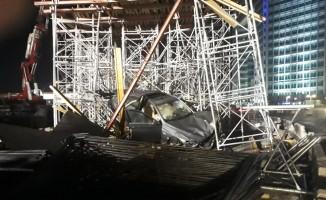 Kontrolden çıkan otomobil üst geçit inşaatına girdi