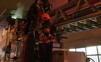 Korkutan Yangında mahsur kalan 5 çocuk kurtarıldı