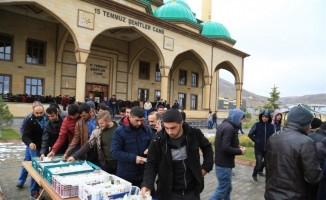 Nevşehir Belediyesi cami çıkışı börek ve meyve suyu dağıttı