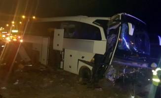 Niğde'de otobüs refüje çarptı: 20 yaralı