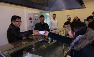 Rektör Taş'tan vizeye çalışan öğrencilere çorba ikram etti