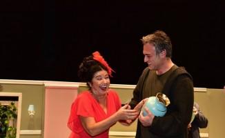 Sanatçı Kutsi, nişanlısının yer aldığı tiyatro oyunu seyretmek için Bilecik'e geldi