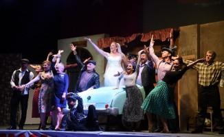 'Şoför Nebahat' tiyatrosuna gelen izleyiciler salona sığmadı