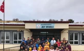 Üniversitesi öğrencilerinden ortaokul öğrencilerine giysi yardımı