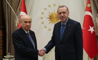 Cumhurbaşkanı Recep Tayyip Erdoğan, MHP Genel Başkanı Devlet Bahçeli'yi Cumhurbaşkanlığı Külliyesi'nde kabul etti.