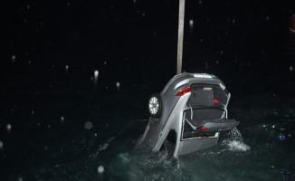 Denize düşen otomobildeki vatandaşları balıkçılar kurtardı