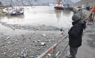 Derelerin getirdiği çöpler limana doldu