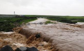 Diyarbakır'da sel köprüleri yıktı 100 öğrenci mahsur kaldı