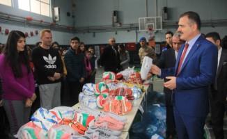 Hakkari'deki 40 okula spor malzemesi desteği