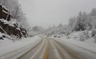 Kar yağışı nedeniyle sürücüler zor anlar yaşadı