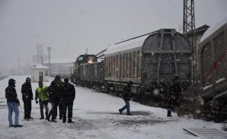 Kars'ta manevra yapan yük treninin vagonu raydan çıktı
