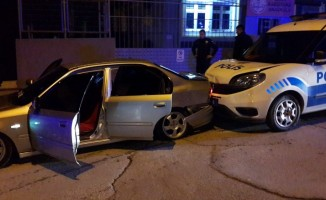 Kavgaya karışıp kaçarken polis otosuna çarptılar