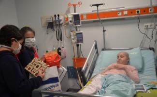 Öğrencilerden lösemi hastası çocuklara moral ziyareti