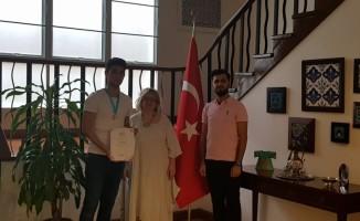 Tayland'da bilim ödülü kazanan öğrenciye Büyükelçi Akgün'den tebrik