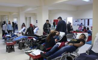Üniversite öğrencilerinden Kızılay'a kan bağışı