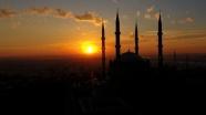 Gün batımı kızıl renkle Selimiye'nin heybetini katlıyor