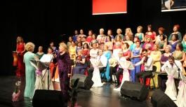 Kadın Korosu şarkılarını öğrenciler için söyledi