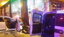 Bursa'da alkollü ve ehliyetsiz sürücü polis arabasına çarptı