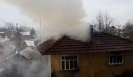 Düzce'de 2 katlı ahşap ev yandı
