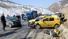 Karşı yönlerden gelen araçlar çarpıştı: 1 ölü, 6 yaralı