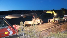Maden taşıyan tır şarampole devrildi