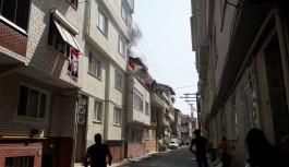 Alevlere pencerelerinden uzattıkları hortumlarla müdahale ettiler
