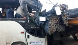 Demir çubuklar otobüse saplandı: 21 yaralı