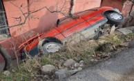 İnanılmaz olay! Otomobil evin bahçesine düştü